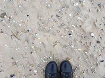 Μαύρες μπότες στην άμμο Στοκ εικόνα με δικαίωμα ελεύθερης χρήσης