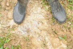 Μαύρες μπότες στο λασπώδες έδαφος Στοκ φωτογραφία με δικαίωμα ελεύθερης χρήσης