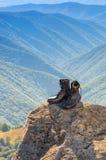 Μαύρες μπότες στο βράχο Στοκ Εικόνες
