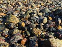 μαύρες να περπατήσει ακτών πέτρες Στοκ φωτογραφία με δικαίωμα ελεύθερης χρήσης