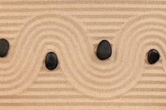 Μαύρες πέτρες και ένα τρέκλισμα από την άμμο Στοκ φωτογραφία με δικαίωμα ελεύθερης χρήσης