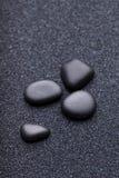 Μαύρες πέτρες σε μια άμμο κήπων χαλάρωσης zen Στοκ Φωτογραφίες