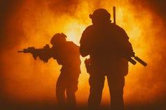 Μαύρες σκιαγραφίες των στρατιωτών Στοκ Εικόνες