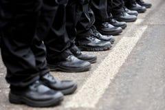 Μαύρες στρατιωτικές μπότες σε μια σειρά Στοκ Εικόνες