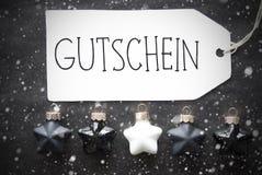 Μαύρες σφαίρες Χριστουγέννων, Snowflakes, απόδειξη μέσων Gutschein Στοκ φωτογραφία με δικαίωμα ελεύθερης χρήσης