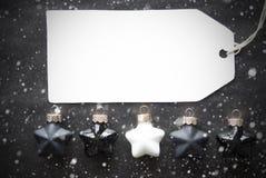Μαύρες σφαίρες Χριστουγέννων, Snowflakes, ετικέτα με το διάστημα αντιγράφων Στοκ φωτογραφίες με δικαίωμα ελεύθερης χρήσης
