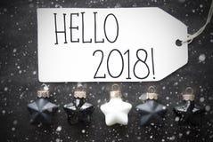 Μαύρες σφαίρες Χριστουγέννων, Snowflakes, κείμενο γειά σου 2018 Στοκ Φωτογραφίες