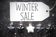 Μαύρες σφαίρες Χριστουγέννων, Snowflakes, χειμερινή πώληση κειμένων Στοκ φωτογραφία με δικαίωμα ελεύθερης χρήσης