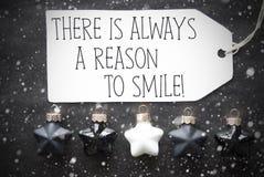 Μαύρες σφαίρες Χριστουγέννων, Snowflakes, λόγος αποσπάσματος πάντα να χαμογελάσει Στοκ Εικόνες
