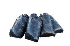 Μαύρες τσάντες garbarge με τα ξηρά φύλλα που απομονώνονται στο άσπρο υπόβαθρο Στοκ εικόνα με δικαίωμα ελεύθερης χρήσης