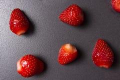 μαύρες φράουλες ανασκόπ&et κόκκινες κόκκινες ώριμες φράουλες μούρων Στοκ φωτογραφία με δικαίωμα ελεύθερης χρήσης