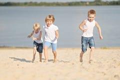 μαύρες χρωματισμένες παιδιά παίζοντας μορφές τρία ανασκόπησης Στοκ εικόνες με δικαίωμα ελεύθερης χρήσης