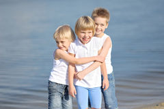 μαύρες χρωματισμένες παιδιά παίζοντας μορφές τρία ανασκόπησης Στοκ Εικόνες