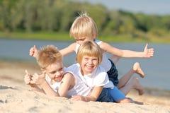 μαύρες χρωματισμένες παιδιά παίζοντας μορφές τρία ανασκόπησης Στοκ Φωτογραφία