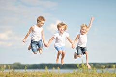 μαύρες χρωματισμένες παιδιά παίζοντας μορφές τρία ανασκόπησης Στοκ φωτογραφίες με δικαίωμα ελεύθερης χρήσης