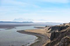 Μαύρη άμμος της Ισλανδίας στη μεσημβρία με τη χαμηλή ομίχλη Στοκ φωτογραφία με δικαίωμα ελεύθερης χρήσης