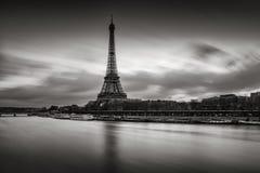 Μαύρη & άσπρη ανατολή πύργων του Άιφελ και ποταμών του Σηκουάνα, Παρίσι Στοκ Εικόνα