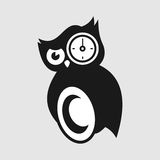 Μαύρη άσπρη κουκουβάγια με το μάτι ρολογιών Στοκ φωτογραφία με δικαίωμα ελεύθερης χρήσης