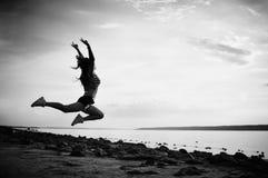 Μαύρη άσπρη φωτογραφία του χορού και του άλματος, υπόβαθρο σκιαγραφιών υπαίθρια Στοκ φωτογραφία με δικαίωμα ελεύθερης χρήσης