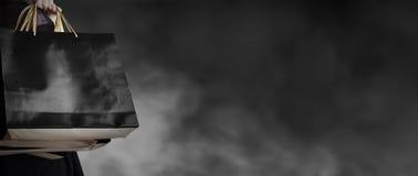 Μαύρη έννοια πώλησης Παρασκευής της νέας τσάντας αγορών εκμετάλλευσης γυναικών στοκ φωτογραφία με δικαίωμα ελεύθερης χρήσης