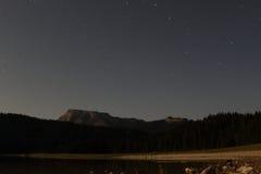 Μαύρη λίμνη με τις ενάρξεις στοκ εικόνα