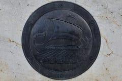 Μαύρη ασπίδα με τις τριήρες στοκ εικόνα με δικαίωμα ελεύθερης χρήσης