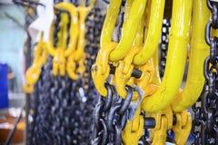 Μαύρη αλυσίδα χάλυβα και κίτρινοι γάντζοι φορτίου Στοκ φωτογραφία με δικαίωμα ελεύθερης χρήσης