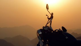 Μαύρη βασιλική μοτοσικλέτα Enfield στο ηλιοβασίλεμα Ιμαλάια στην Ινδία Στοκ φωτογραφία με δικαίωμα ελεύθερης χρήσης