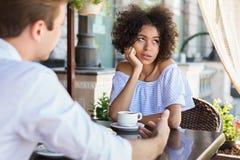 Μαύρη γυναίκα ανιδιοτελής με το ραντεβού στα τυφλά υπαίθρια στοκ φωτογραφία με δικαίωμα ελεύθερης χρήσης