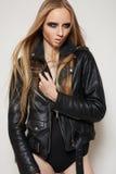 μαύρη γυναίκα βράχου δέρματος σακακιών μόδας σωμάτων Στοκ Φωτογραφίες