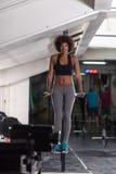 Μαύρη γυναίκα που κάνει την παράλληλη άσκηση φραγμών Στοκ Φωτογραφία