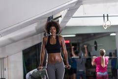Μαύρη γυναίκα που κάνει την παράλληλη άσκηση φραγμών Στοκ φωτογραφίες με δικαίωμα ελεύθερης χρήσης