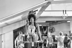 Μαύρη γυναίκα που κάνει την παράλληλη άσκηση φραγμών Στοκ εικόνες με δικαίωμα ελεύθερης χρήσης