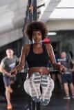 Μαύρη γυναίκα που κάνει την παράλληλη άσκηση φραγμών Στοκ εικόνα με δικαίωμα ελεύθερης χρήσης