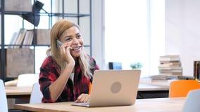 Μαύρη γυναίκα που μιλά σε Smartphone, κάθισμα στην αρχή Στοκ φωτογραφία με δικαίωμα ελεύθερης χρήσης