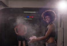 Μαύρη γυναίκα που προετοιμάζεται για την αναρρίχηση workout Στοκ Φωτογραφίες