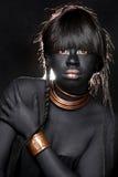Μαύρη γυναίκα που φορά τη φυλετική εμπνευσμένη μόδα στοκ εικόνες με δικαίωμα ελεύθερης χρήσης