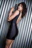 Μαύρη γυναίκα πυροβόλων όπλων φορεμάτων στοκ φωτογραφία με δικαίωμα ελεύθερης χρήσης