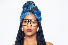 Μαύρη γυναίκα στο headscarf και τα καθιερώνοντα τη μόδα γυαλιά Στοκ Φωτογραφία