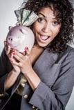 Μαύρη γυναίκα τράπεζας Piggy στοκ εικόνα