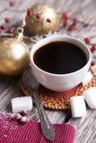 Μαύρη διακόσμηση καφέ και Χριστουγέννων Στοκ εικόνα με δικαίωμα ελεύθερης χρήσης