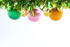 μαύρη διακόσμηση τέσσερα Χριστουγέννων σφαιρών ανασκόπησης λευκό διακοπών διακοσμή& Στοκ Φωτογραφίες