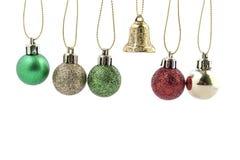 μαύρη διακόσμηση τέσσερα Χριστουγέννων σφαιρών ανασκόπησης λευκό διακοπών διακοσμή& Στοκ φωτογραφία με δικαίωμα ελεύθερης χρήσης