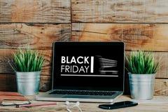 Μαύρη διαφήμιση Παρασκευής σε μια οθόνη lap-top που τοποθετείται στο γραφείο στοκ εικόνες