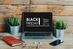 Μαύρη διαφήμιση Παρασκευής σε μια οθόνη lap-top που τοποθετείται στο γραφείο στοκ εικόνα