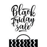 Μαύρη επιγραφή πώλησης Παρασκευής με την τσάντα αγορών Στοκ Εικόνες