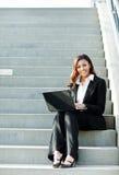 Μαύρη επιχειρηματίας με το lap-top στοκ εικόνα