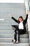 Μαύρη επιχειρηματίας με το lap-top στοκ φωτογραφία