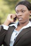 Μαύρη επιχειρηματίας στο τηλέφωνο Στοκ Φωτογραφίες