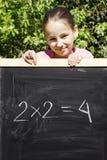 μαύρη επόμενη πλάκα κοριτσ&io Στοκ φωτογραφία με δικαίωμα ελεύθερης χρήσης